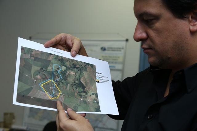 Secretário Carlos Dobes, de Planejamento, mostra mapa com alteração da área urbana de distrito - Foto: divulgação -