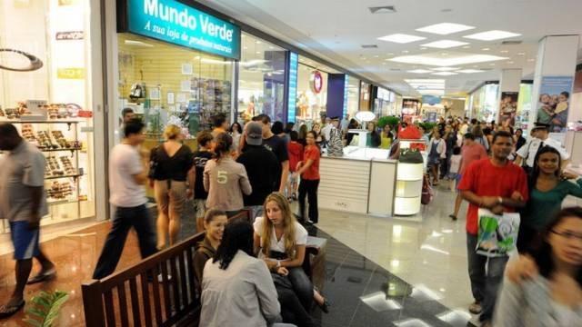 Varejo no Brasil cresceu acima do esperado em abril -