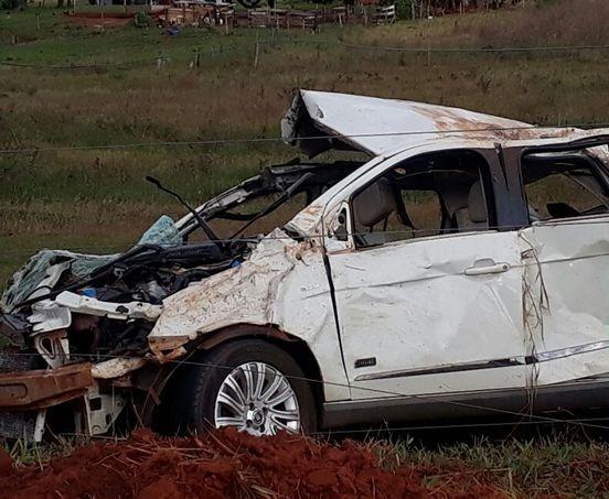 Carro ficou bastante danificado depois de capotar e bater - Crédito: Vale MS News