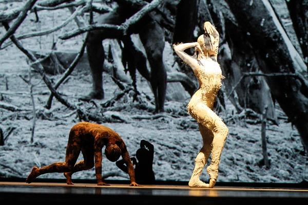 """Imagens de cinema se fundem com os bailarinos no espetáculo """"Cão Sem Plumas"""" que será encenado em Campo Grande - Crédito: Foto: Dayvison Nunes"""