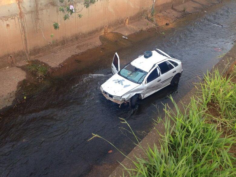 Carro caiu no córrego Segredo e ficou danificado. - Crédito: Fabiano Arruda/TV Morena