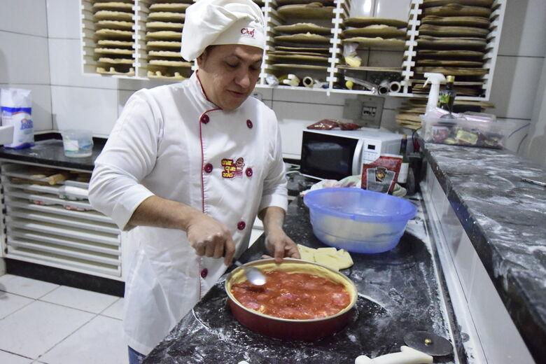 Pizzaiolo Beto Marquezolo fazendo o que mais gosta retrata exatamente o que buscamos para homenagear o Dia da Pizza - Crédito: Luiz Radai