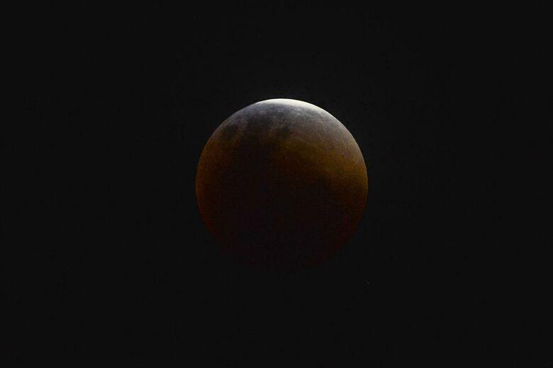 O espetáculo promete ser ainda maior pelas cores com as quais a Lua despontará no horizonte: um efeito laranja avermelhado que dá nome à Lua de Sangue. - Crédito: Marcello Casal Jr/Agência Brasil