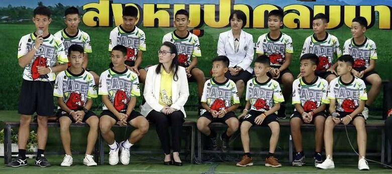 Meninos tailandeses relembram os dias dentro de caverna em 1ª aparição pública após resgate - Crédito: Associated Press.