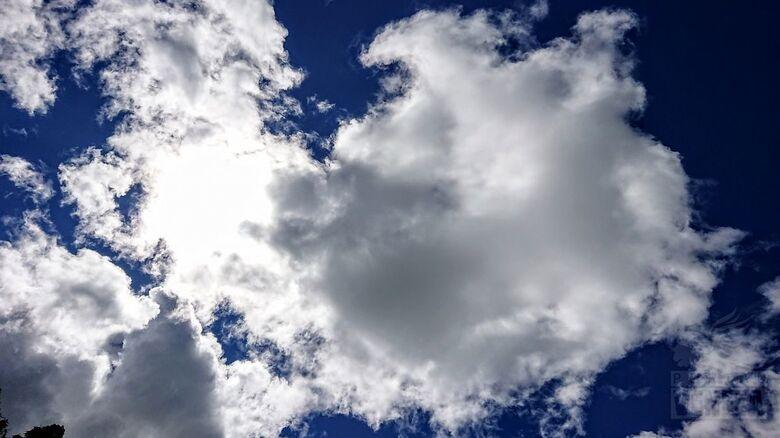 Mesmo com nuvens nada de chuva e tempo seco predomina -