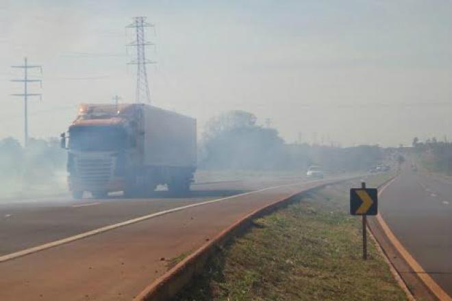 Fumaça na pista prejudica a visibilidade e é problema para usuários - Crédito: Arquivo