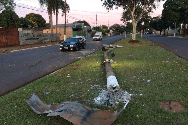Adolescente bate carro em superposte e o derruba, na Marcelino - Crédito: Cido Costa