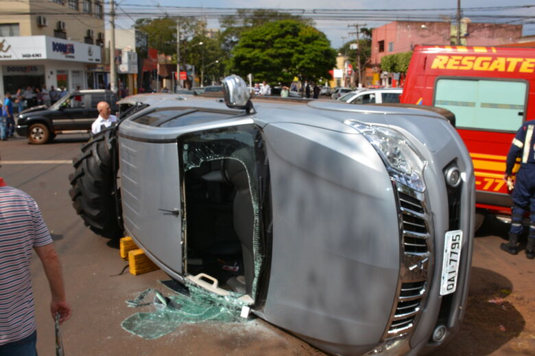 Acidente com capotamento deixa vítima presa nas ferragens - Crédito: Hedio Fazan