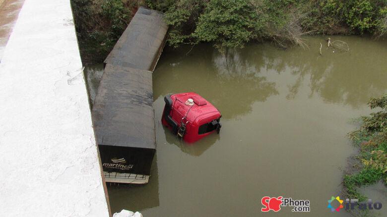 Carreta roubada cai dentro do rio São Domingos, na MS-157, em Itaporã - Crédito: Aislan Nonato
