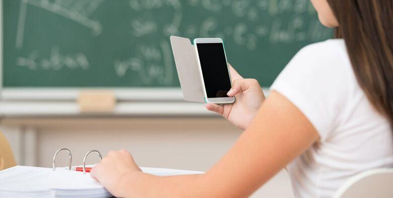 Celular ganha cada vez mais espaço nas escolas, mostra pesquisa - Crédito: Bhbit