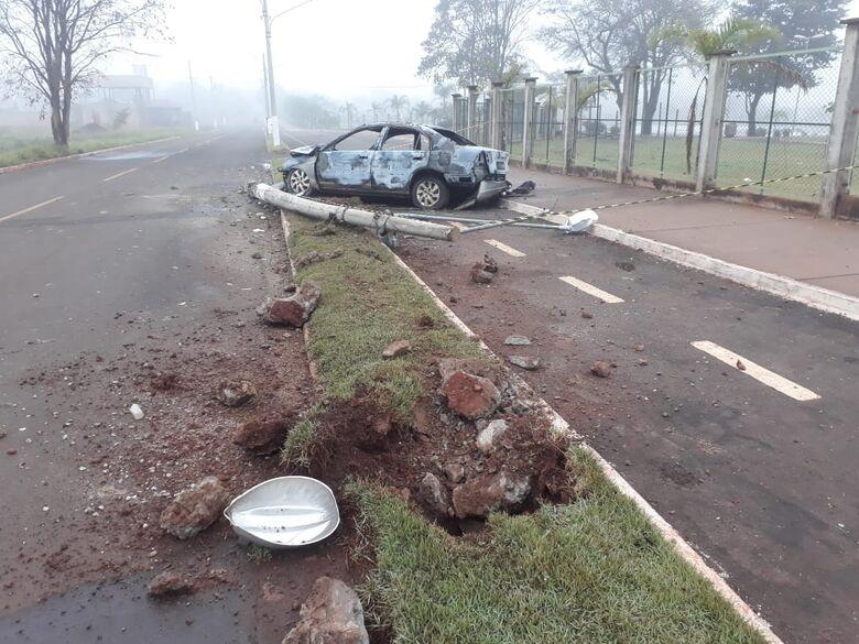Honda Civic pegou fogo após bater em poste - Crédito: Redes Sociais