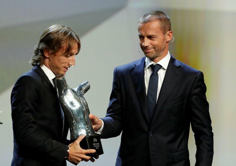 Momento em que Modric recebeu o troféu de melhor jogador da Europa - Crédito: Divulgação
