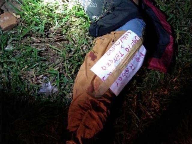 Bilhete estava colado no corpo da vítima, que tinha pés e mãos amarrados - Crédito: Amambay Ahora