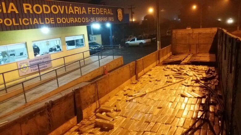 Depois de retirado o assoalho falso, foi descoberta a droga - Crédito: Divulgação/PRF