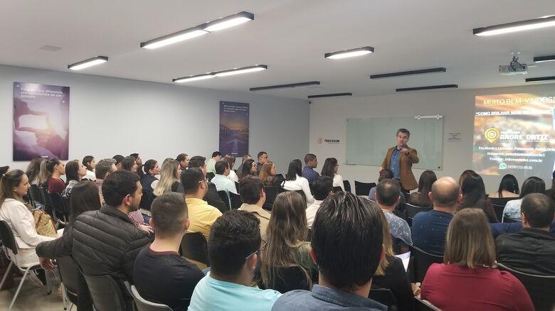 André Ortiz palestrou para dezenas de empresários e vendedores misturando muito conteúdo com bom humor em Dourados - Crédito: Assessoria de Imprensa/Trecsson Business