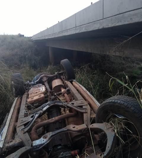 Camioneta saiu da pista e caiu no leito do rio. Os dois ocupantes morreram - Crédito: Miranda Leite/Caarapó News