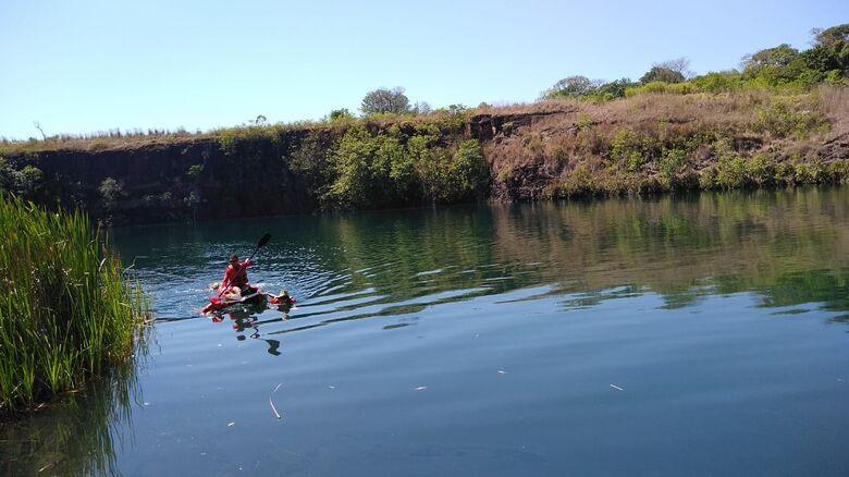 Bombeiros retirando da água o corpo do idoso encontrado na manhã deste sábado - Crédito: Cido Costa