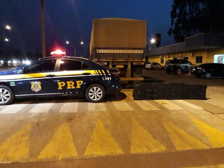 Droga e a carreta em frente à base da Polícia Rodoviária Federal em Dourados - Crédito: Divulgação/PRF