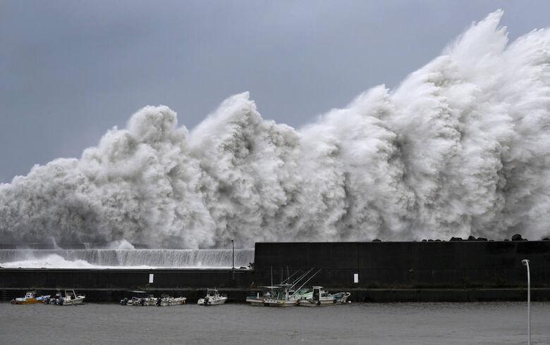 Foram emitidos alertas para que 300 mil pessoas evacuem suas casas. - Crédito: Ichiro Banno/Kyodo News/AP