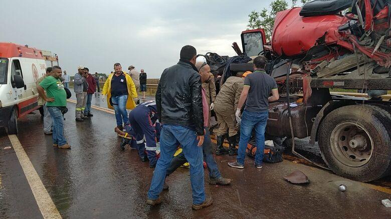 Antes de sair da pista, a carreta bateu em uma van que transportava trabalhadores de uma usina. - Crédito: Adilson Domingos
