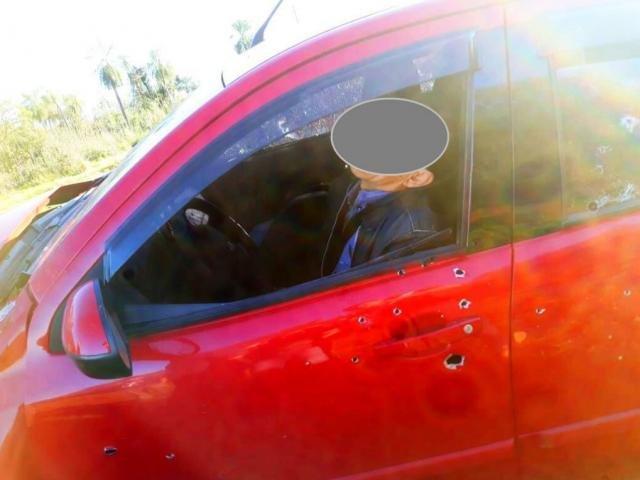 Carro ficou crivado de bala em execução na fronteira - Crédito: Porã News