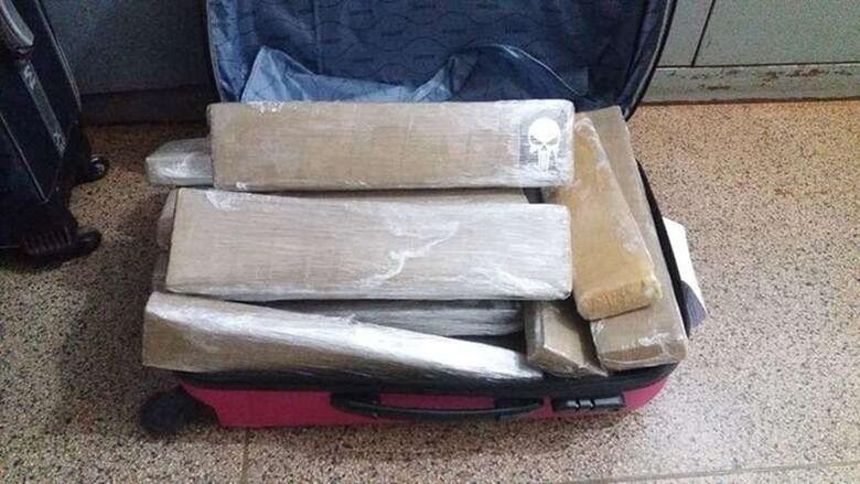 Maconha recheava a mala do travesti preso pela PRF - Crédito: Divulgação