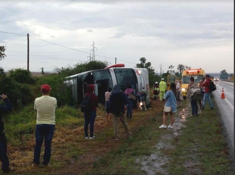 Ônibus tomba na BR-163 entre Caarapó e Dourados -
