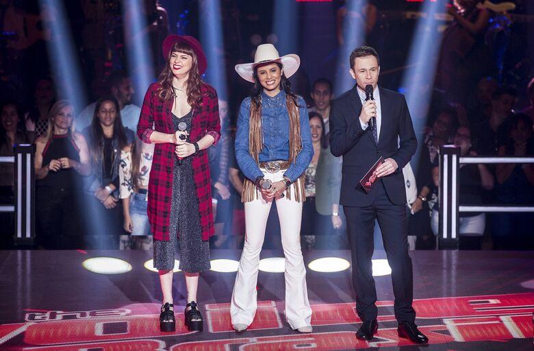 Thiago Leifert com Morgana (c) e Tai (e) na noite de Batalha dos Técnicos, no The Voice - Crédito: Isabella Pinheiro/GShow