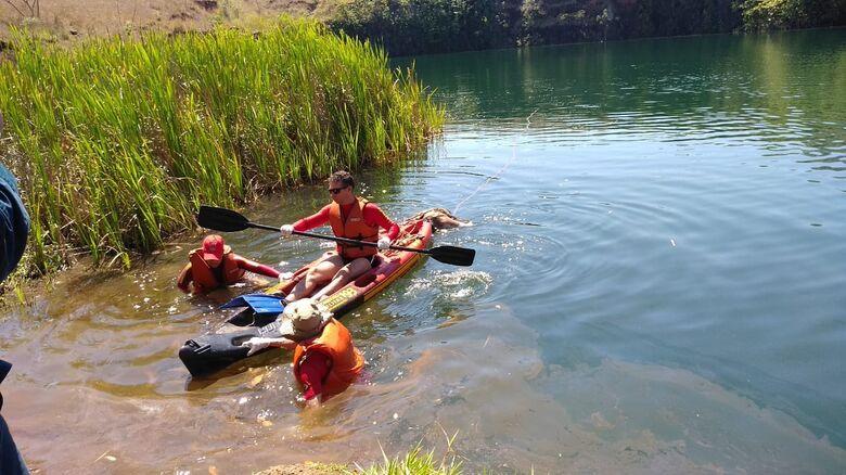 Corpo de Bombeiros resgataram corpo avistado boiando no lago da antiga pedreira em Dourados - Crédito: Cido Costa