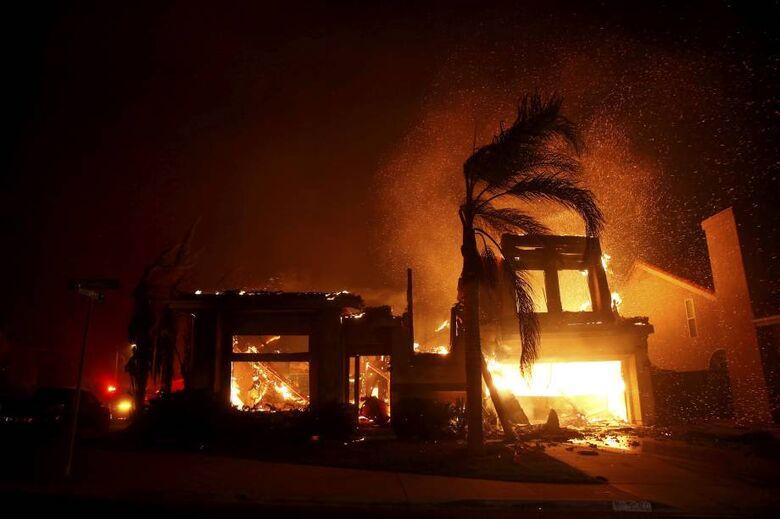 Incêndio florestal provoca devastação e fuga de milhares na Califórnia - Crédito: Eric Thayer/Reuters