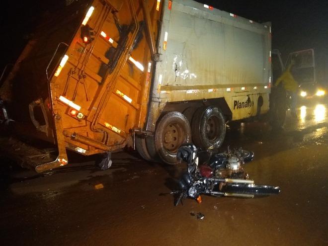 Motociclista bate contra caminhão de lixo e morre na MS-156 - Crédito: Cido Costa/Dourados Agora