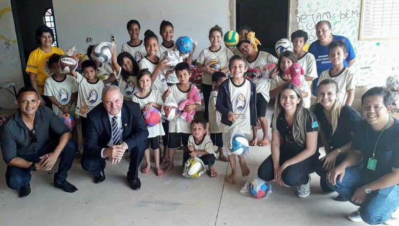 Projeto Além dos Muros doa bolas esportivas, brinquedos e panetones feitos em presídios a crianças carentes - Crédito: Divulgação/Agepen