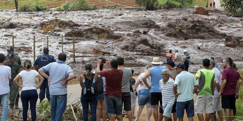Moradores acompanham de longe o resgate - Crédito: Divulgação