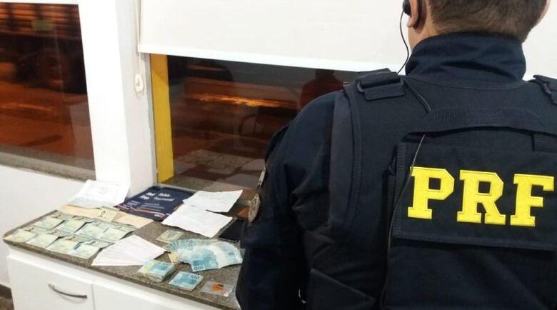Documento e dinheiro apreendido na ação policial - Crédito: Divulgação/PRF