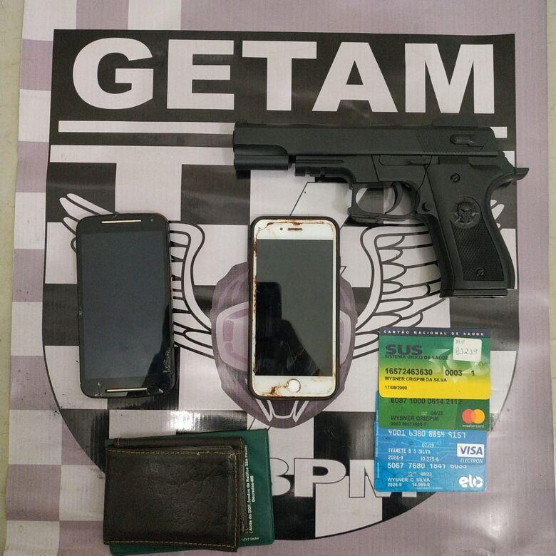Objetivos roubados e arma falsa apreendida pela polícia - Crédito: Divulgação/PM
