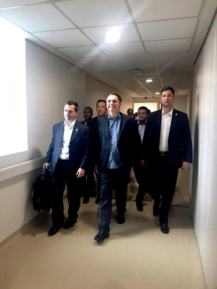 Presidente Jair Bolsonaro, após alta, durante saída do Hospital Albert Einstein - Crédito: Presidência da República