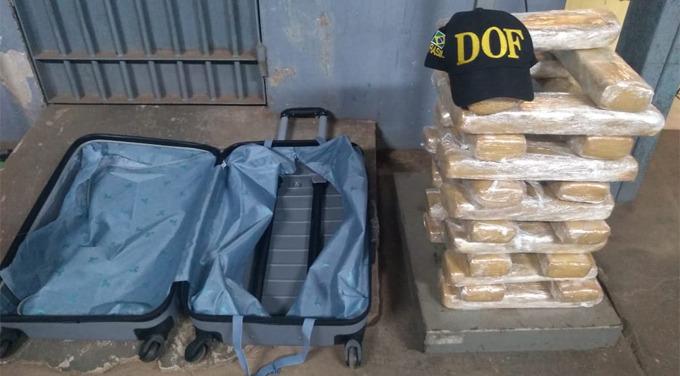 Droga estava em uma mala da jovem de 20 anos - Crédito: Divulgação/DOF