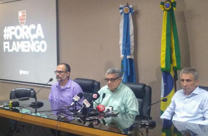 Presidente da Entidade, Rubens Lopes (C), acompanhando dos Presidentes do Fluminense, Pedro Abad (E), e do Vasco, Alexandre Campello (D), explicam as mudanças e a solidariedade ao Flamengo - Crédito: Agência FERJ