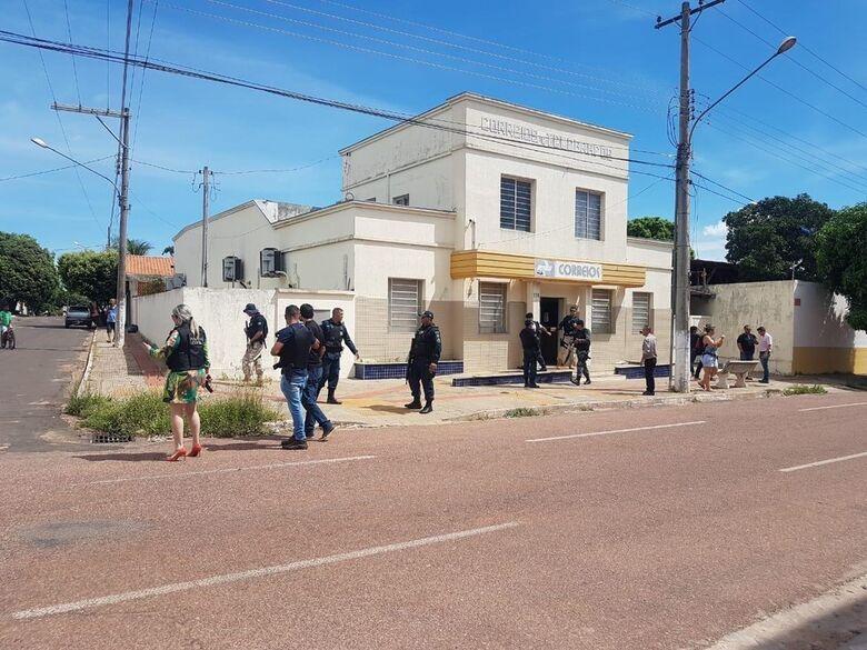 Dois são presos após invadirem e fazer de refém gerente de agência dos Correios, em Coxim - Crédito: Alisson Silva