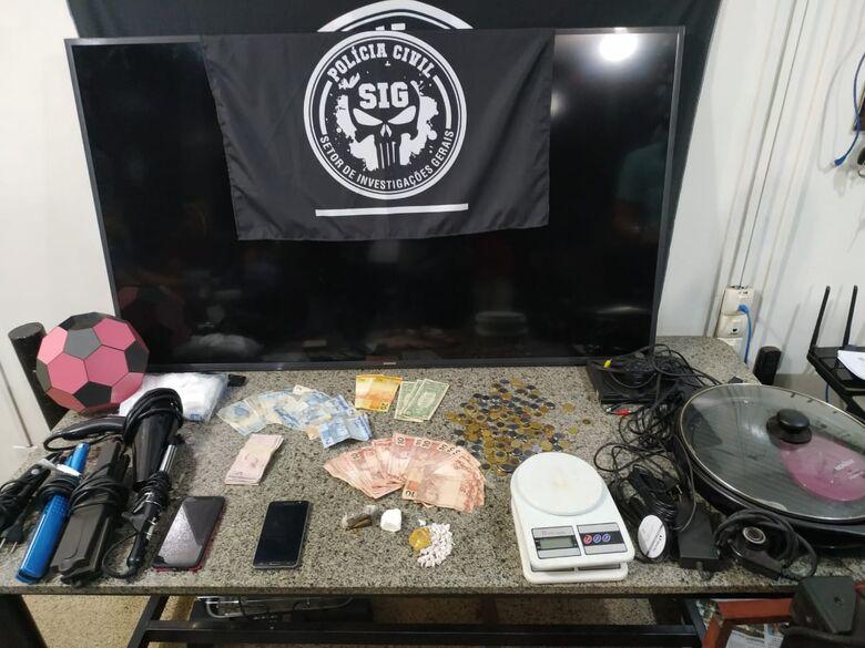 Droga e demais objetos apreendidos no local indicado por denunciantes - Crédito: Divulgação/SIG