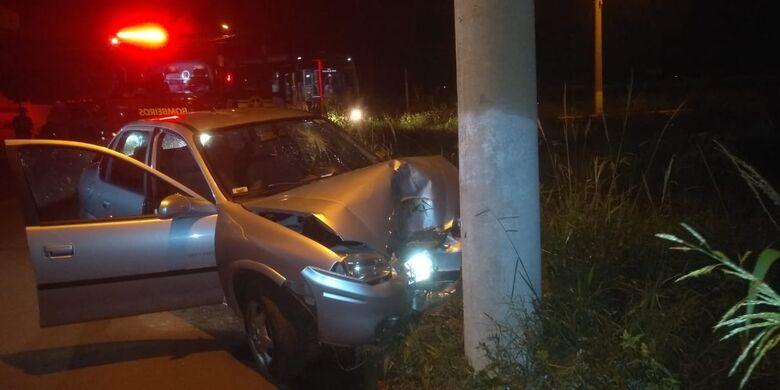Mulher perdeu o controle do veículo e bateu no poste - Crédito: Cido Costa/Dourados Agora