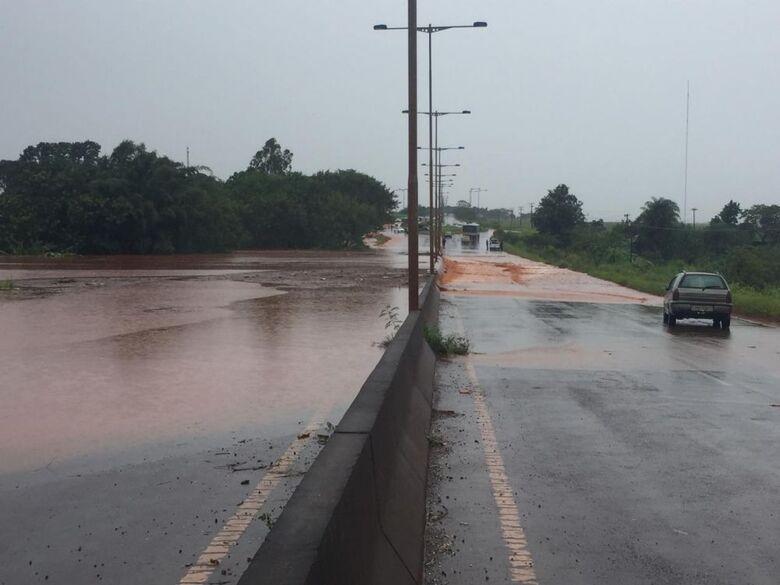 Rodovia está interditada nesta terça-feira - Crédito: Walter Ramos/Assecom