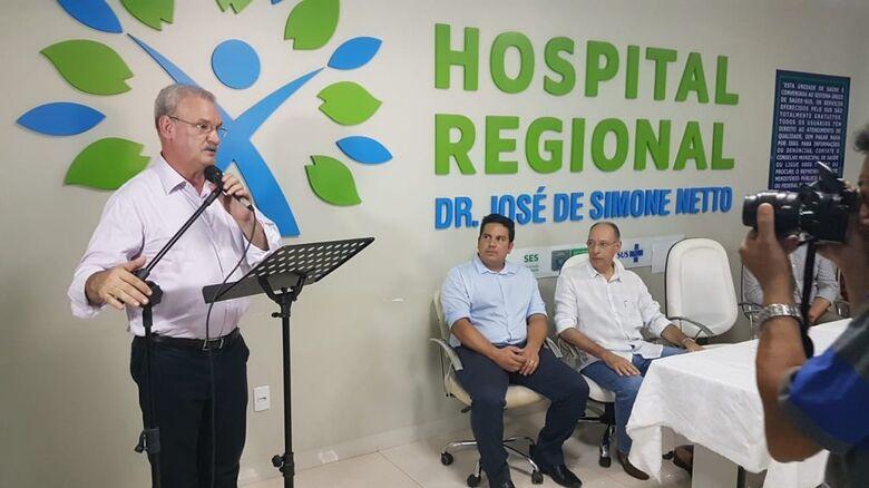 O secretário de Saúde, Geraldo Resende, também realizou a entrega de três veículos para a saúde da região: uma caminhonete L-200, uma ambulância do SAMU e uma van para transporte de pacientes - Crédito: Divulgação
