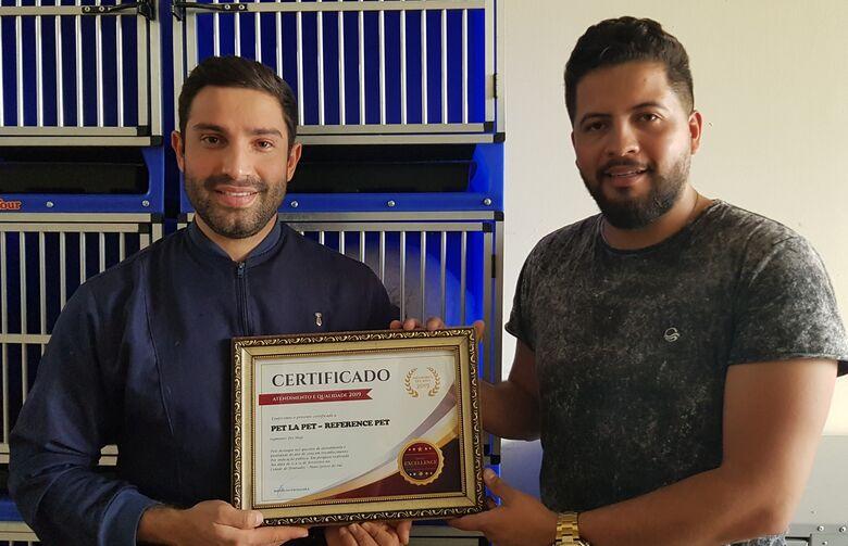 João recebe o certificado do Título de Referência de Alex Dionísio, do Instituto Excellence. - Crédito: divulgação