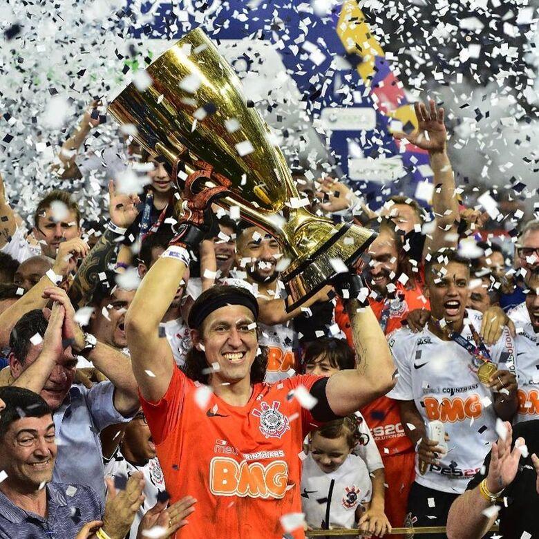 Cássio levantou a taça de campeão - Crédito: Alexandre Battibugli/FPF