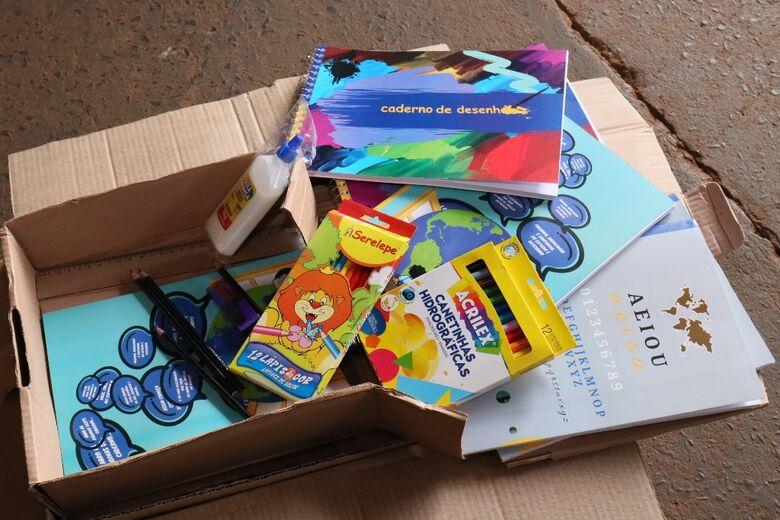 Descarga dos kits escolares aconteceu na manhã desta terça-feira; entrega nas escolas inicia esta semana - Crédito: A.Frota