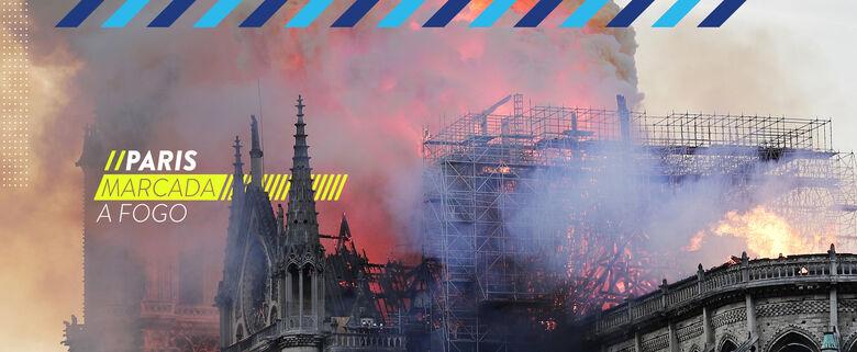 Catedral de Notre-Dame em chamas, na cidade de Paris, França -