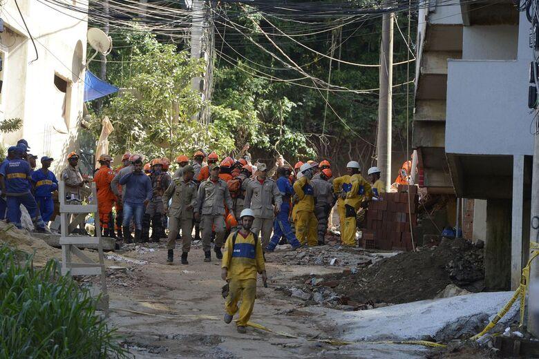 Corpo de Bombeiros continua buscas no desabamento em Muzema - Crédito: Tânia Rêgo/Agência Brasil