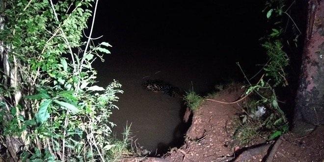 Homem estava apenas de short caído às margens do rio - Crédito: Cido Costa