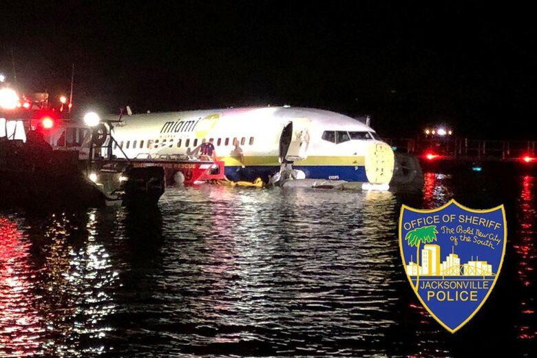 Havia 143 pessoas a bordo, mas ninguém se feriu - Crédito: Reuters/JacksonVille Sherrif's Office
